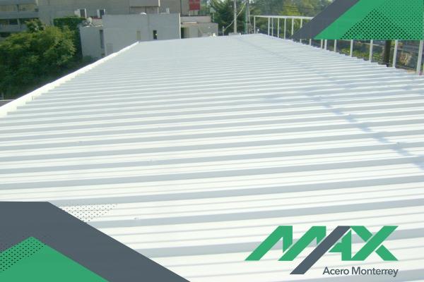 El panel de acero Glamet tiene capacidades termoacústicas que le dan un uso ideal para construir techos y fachadas con él.