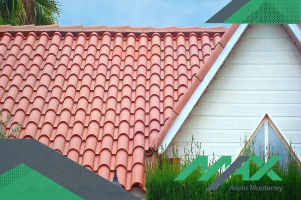 La lámina de PVC Ultrateja tiene cualidades de teja de barro española pero con mejores ventajas. Tenemos envíos a todo el país.